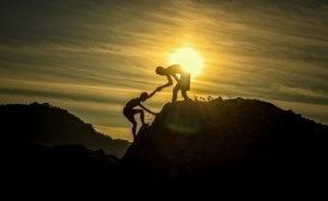 Hilfe beim Bergsteigen